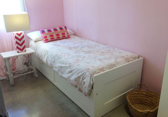Dormitori individual 2 :  dos llits,  un d'extensible a sota.