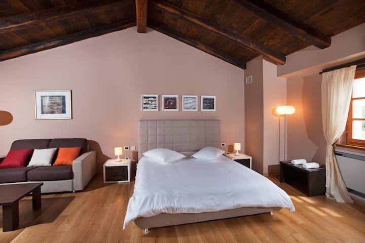 Villa Poropati, Groznjan, Istria - Wing B (1. floor): Bedroom with king size bed (180cm x 200cm)