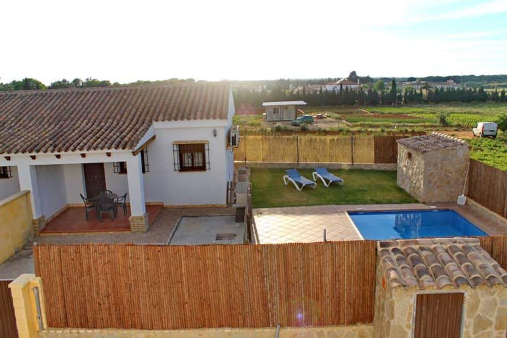 Casa con aire acondicionado , piscina, jardín y barbacoa