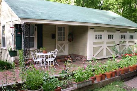 Charming Midtown Carriage House - Memphis