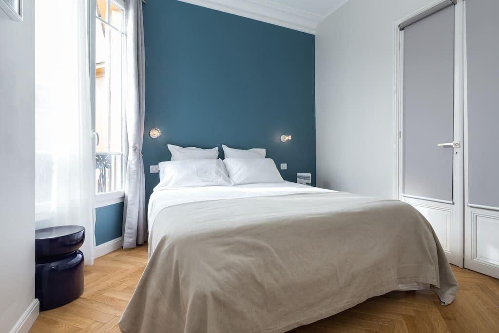 Votre chambre / your bedroom. Large bed 160 cm.