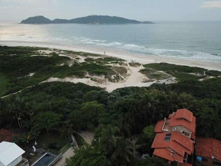 Casa em frente a praia  e ilha do Campeche.