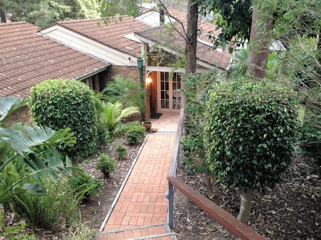 Nice Home with Sunroom & Outdoors - Cherrybrook - Casa