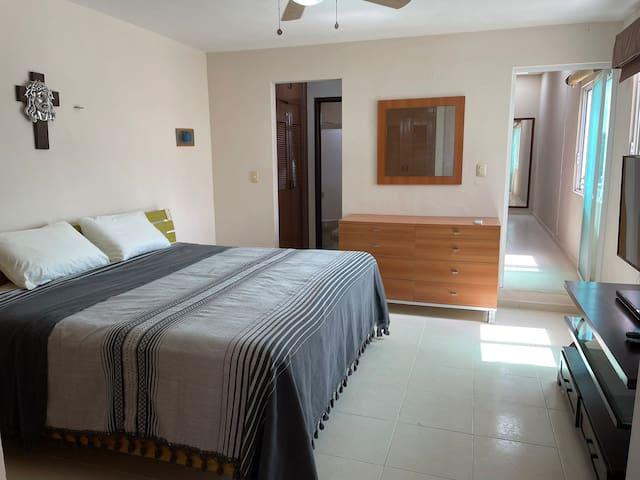 Recámara principal con baño y closet vestidor amplio, con aire acondicionado y abanico, también cuenta con televisión con Sky y wifi.