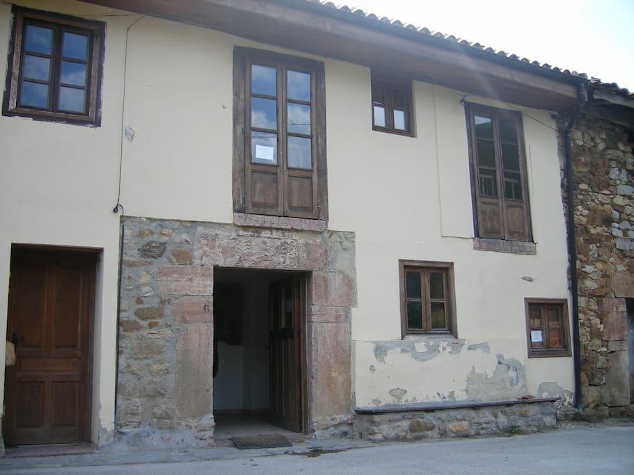 Esta es la fachada, el apartamento pequeño está en la primera planta, tiene 3 ventanas.