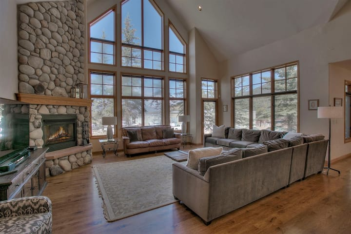 2 minutes to Keystone Resort, private hot tub, walk to Keystone Stables, perfect for families.