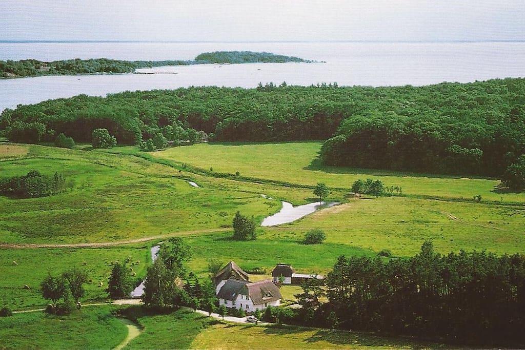 in idyllischer Alleinlage nahe am Bodden und der Insel Vilm