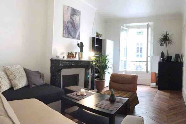 Room in Bastille with courtyard/garden