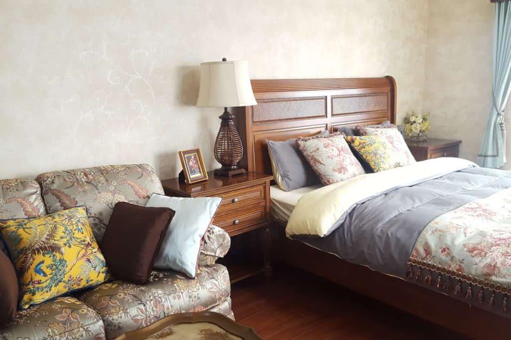 美克美家家具装扮的卧室。