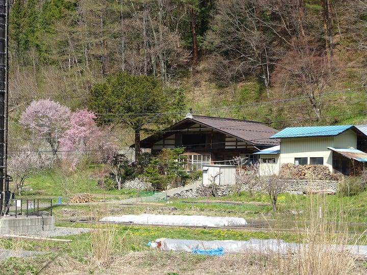 静かな山間部の古民家は一日一組2食付き。最寄駅送迎付きです。