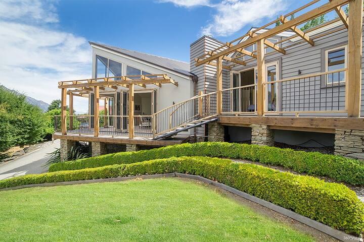 Pinnacle Villa - Family Retreat with Spa Pool