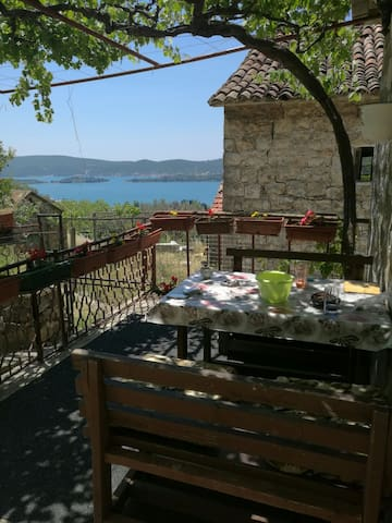 Sea views House. 1 modern room for4 person. Tivat