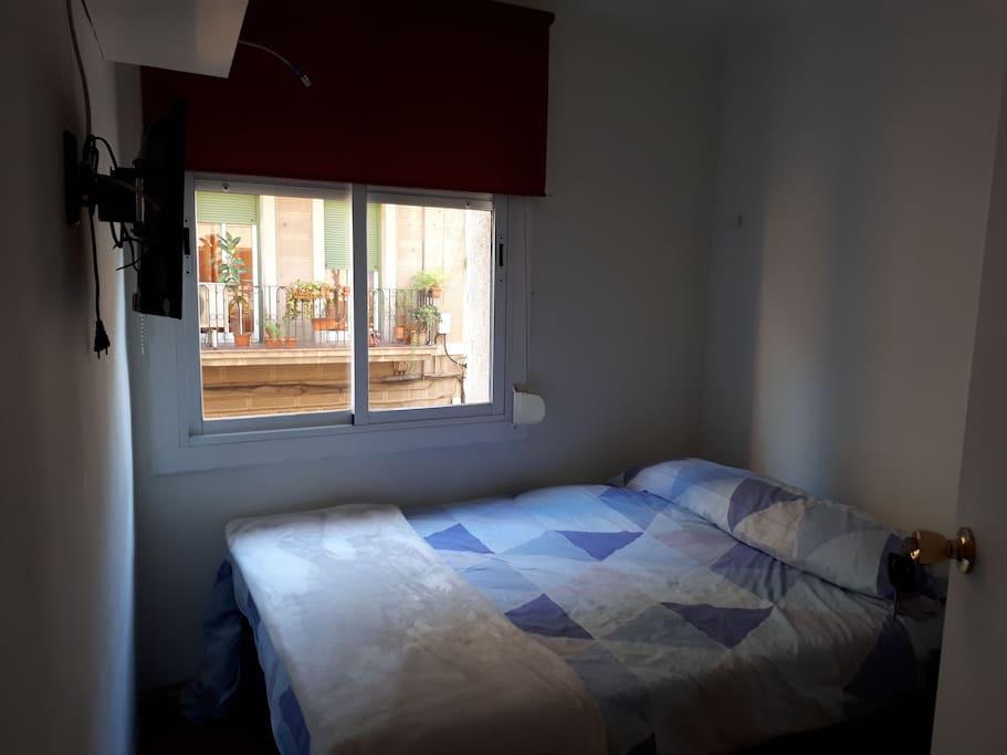 2 hab cama doble, televisión, mesa de noche, armario