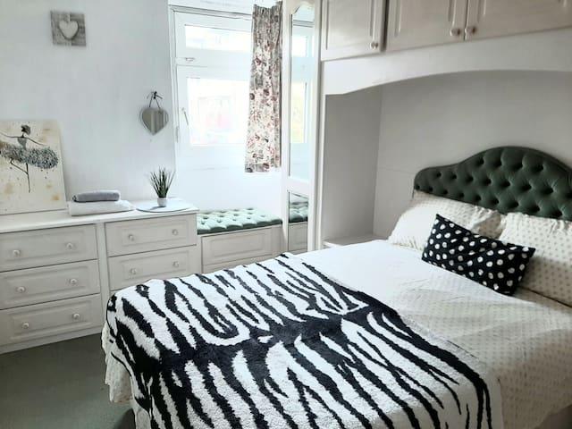 Victorian double bedroom in London, Stepney E1 (2)