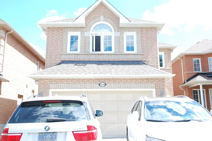 Private room with queens size bed - Mississauga - Talo