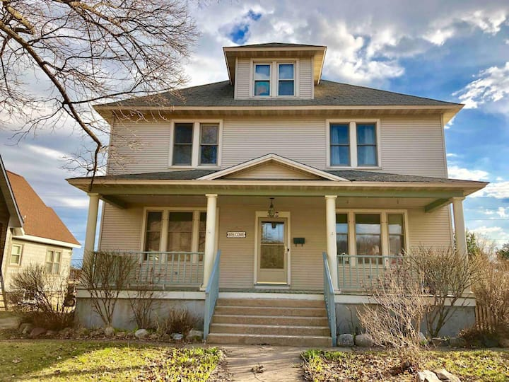 Spacious & Clean!Central Location!Pictured rocks!