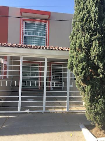 Casa 2 pisos, estacionamiento, Col. Atlas GDL,MX