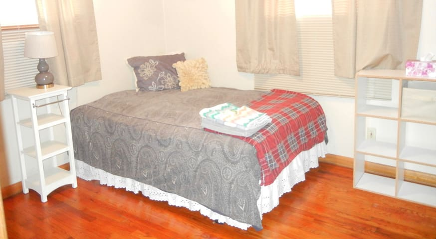 Private room in Cozy Melrose House - Iowa City - Huis