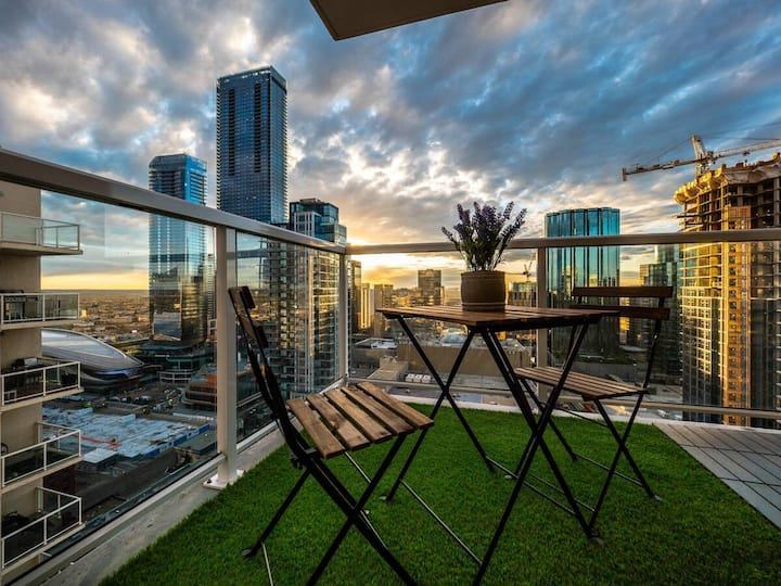 Stunning Condo near→Rogers, U/G Parking + DT View