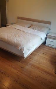 chambre à coucher avec un grand lit - Genève