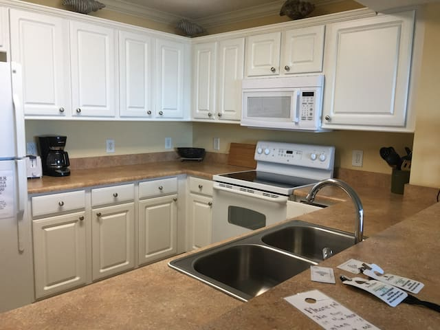 Fully equipped kitchen, ice maker, microwave, self cleaning oven, disposal, dishwasher