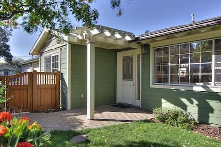 Modern space, luxury bed, private bathroom+laundry - Sunnyvale - Hus