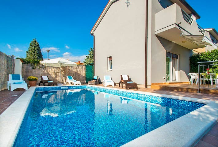 HOLIDAY HOME WITH GARDEN AND POOL - Štrmac - บ้าน
