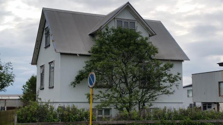 Rúmgott 5 herbergja íbúðarhús í hjarta bæjarins - Akranes - House