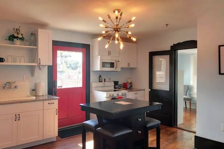Sleeps 7- Clean and Sanitized - 1913 Historic Home