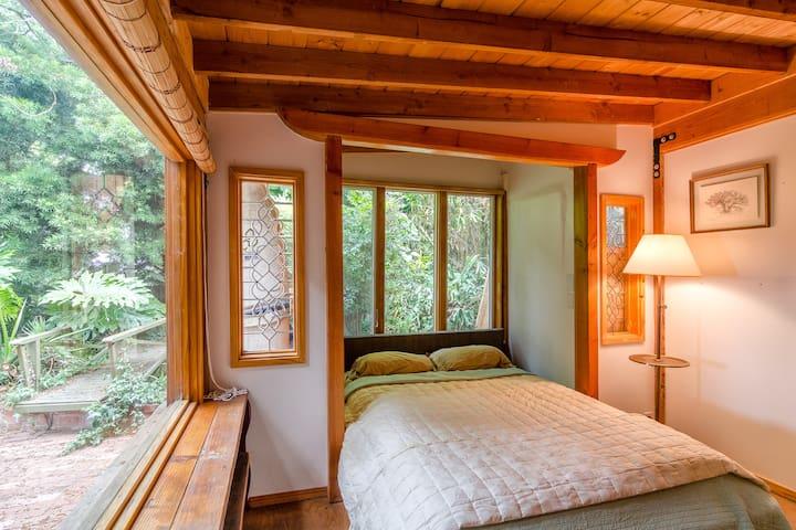 Artist's Ocean-View Garden Secret - Malibu - House