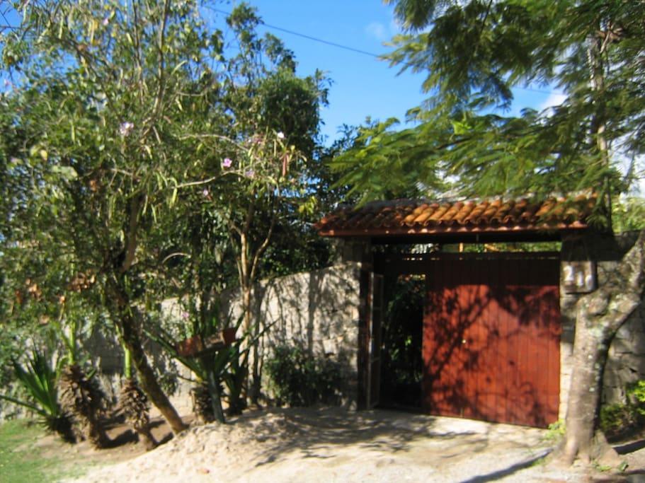 Frente da casa, murada e com portão automático
