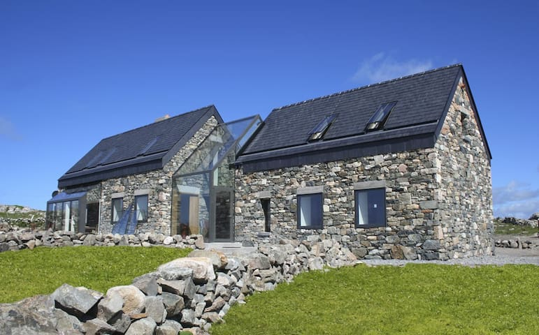 Cottage sleeps 6/7 beside beach - Roundstone - Huis