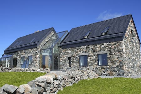 Cottage sleeps 6/7 beside beach - Roundstone