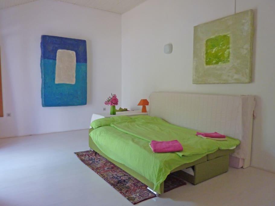 das Wohn- / Schlafzimmer Nachts mit bequemen Doppelbett