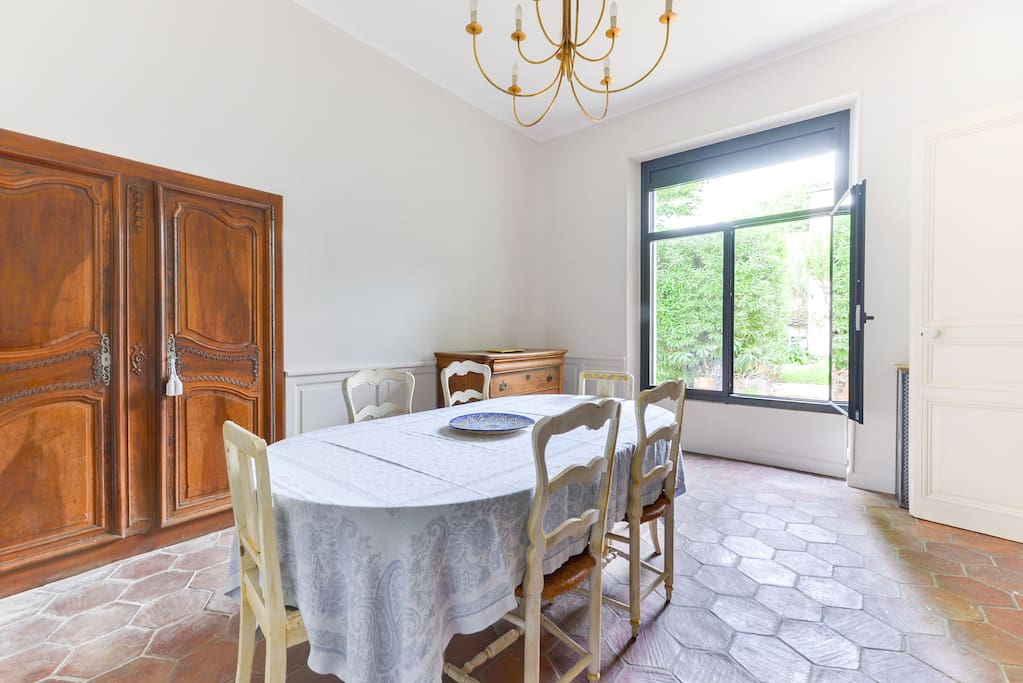 Dining table for 6 in a spacious and luminous room