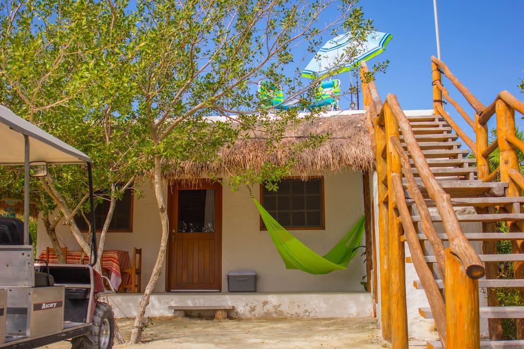 Descansar en la hamaca en el exterior de casa, o tomar el sol en la planta alta con las sillas de playa y sombrilla incluidas