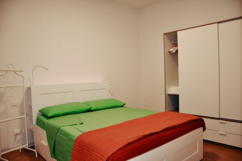 Camera da letto matrimoniale con brandina aggiuntiva