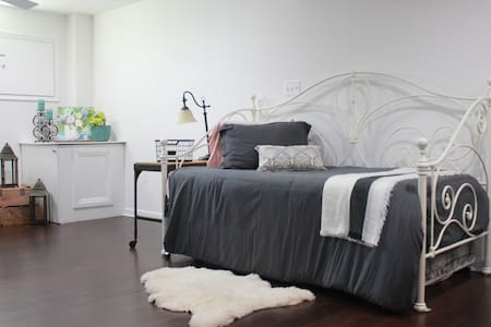 Cozy and Chic Private Guest Suite - Falls Church