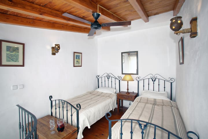 lovely little white village house - Cortes de la Frontera - Hus