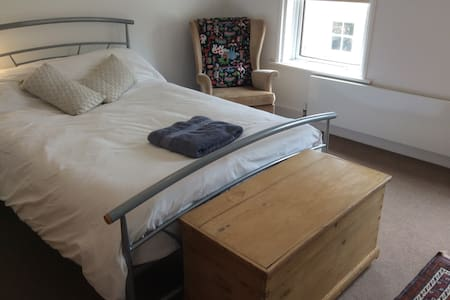 Comfy double room in central Farnham cul de sac