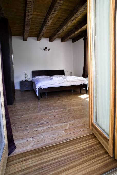 una delle camere matrimoiali del B&B. questa ha un balcone a disposizione con veduta sul Pelmo