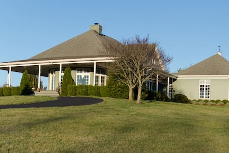 DERBY! 4 BR w/wrap-around porch on 18 acres - Simpsonville - Casa