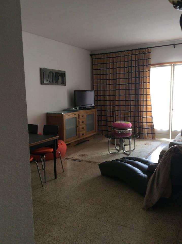 Salon, salle à manger, balcon, cuisine.