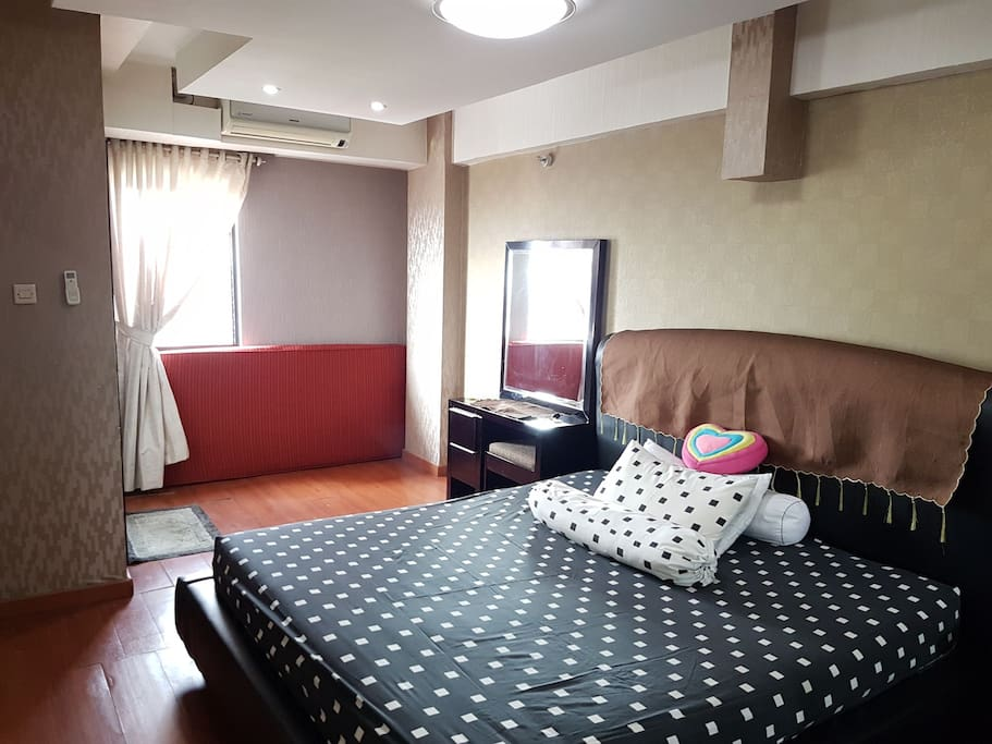 One sweet room with extras one floor mattress