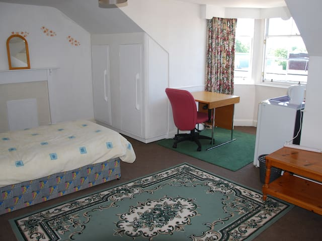 DALKEITH CENTRE CLOSE TO ALL AMENITIES