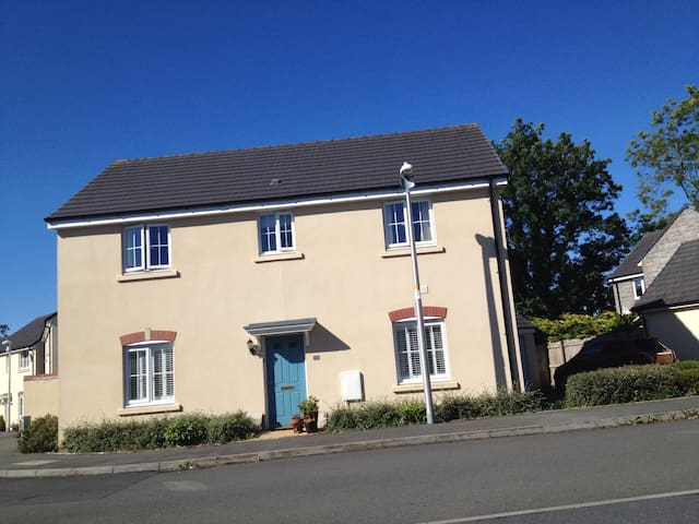 Lovely modern house close to vibrant Narberth.
