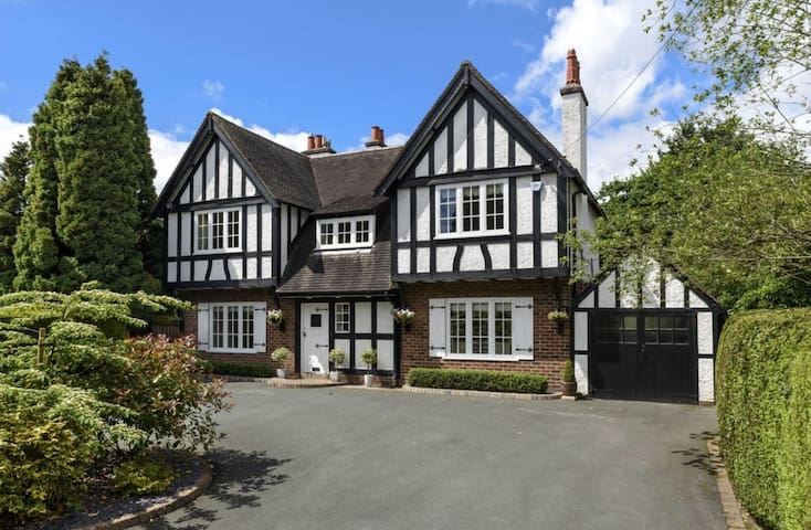 Beautiful 5 bedroom family house - walk to town