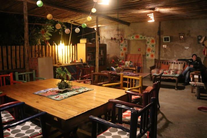 Sala y comedor con juegos de mesa, revistas y libros para entrenerse