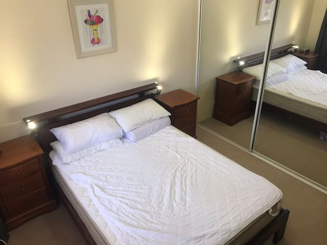 Comfortable room close to Narrabeen beach.