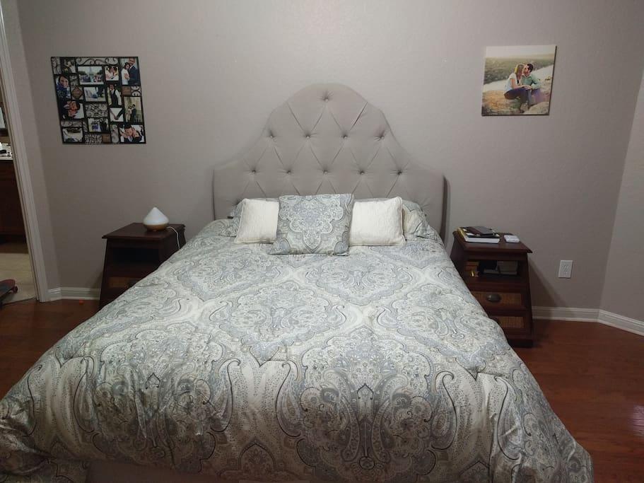 Queen bed in masterbedroom